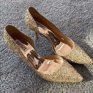 Badgley Mischka gold glitter pumps!